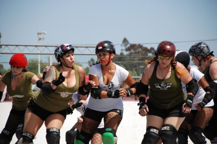 A NEW TREND, ROLLER DERBY | Directly from 1935, a competitive rolling sport with quads